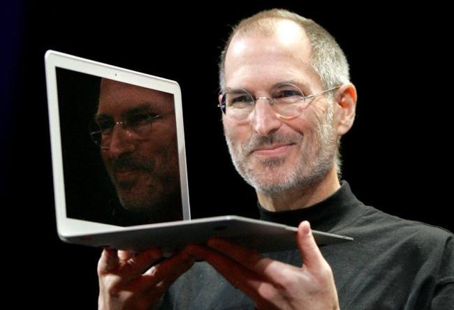 Джобс демонстрирует ноутбук Apple