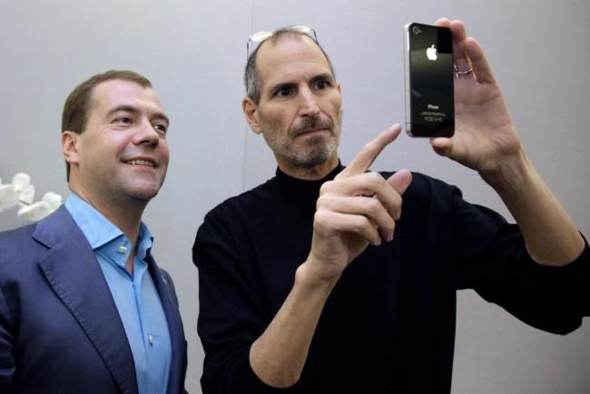 Стив Джобс демонстрирует iphone Дмитрию Медведеву