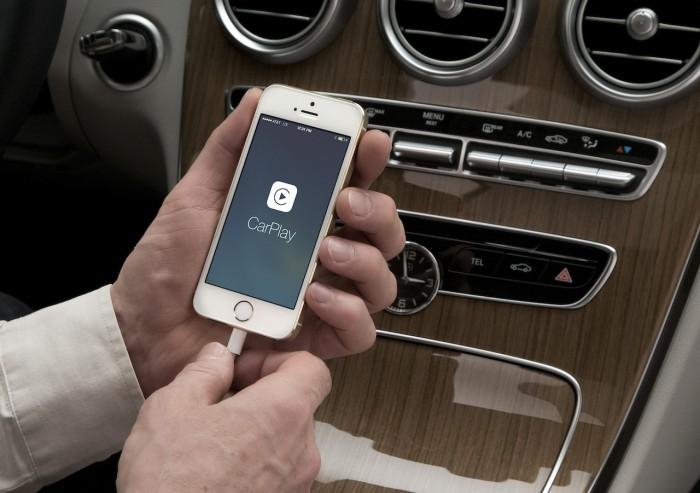 Мужчина держит в руке Apple iPhone