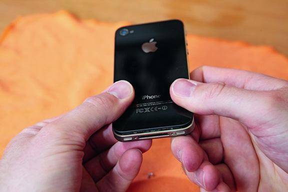 Крышка Айфон 4x снимается, если её поддеть за выступающую кромку