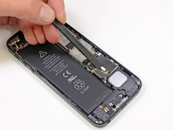 Освобождение шлейфа батареи на iPhone 5(s)