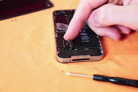 Сам аккумулятор присоединён к iPhone при помощи шлейфа