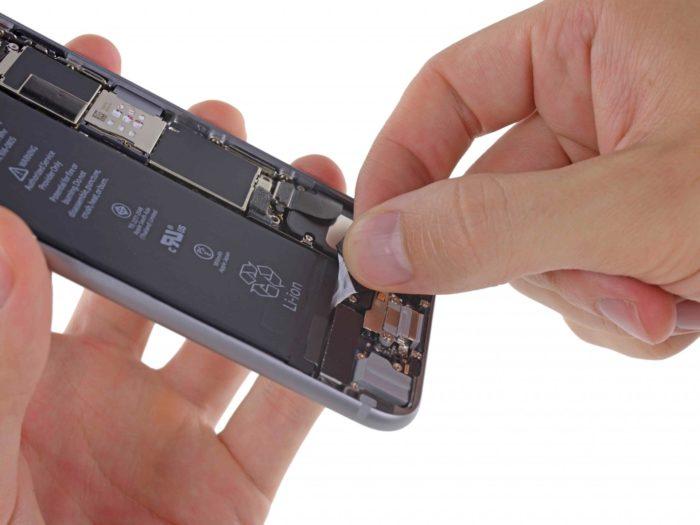 Удаление клеевых лент из-под аккумулятора iPhone 6(s)