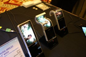 1337054612_Samsung-shows-off-flexible-AMOLED-at-CES-2011-image-003