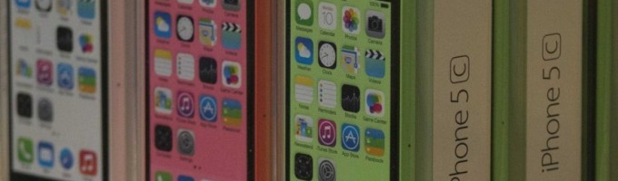 «Дешевый» iPhone 5c продается в два раза хуже флагманского 5s