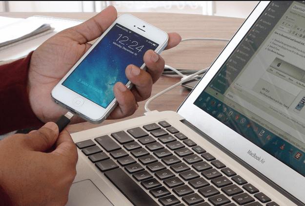 Ноубук и IPhone