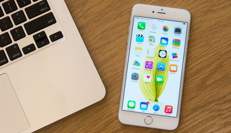 Айфон на столе