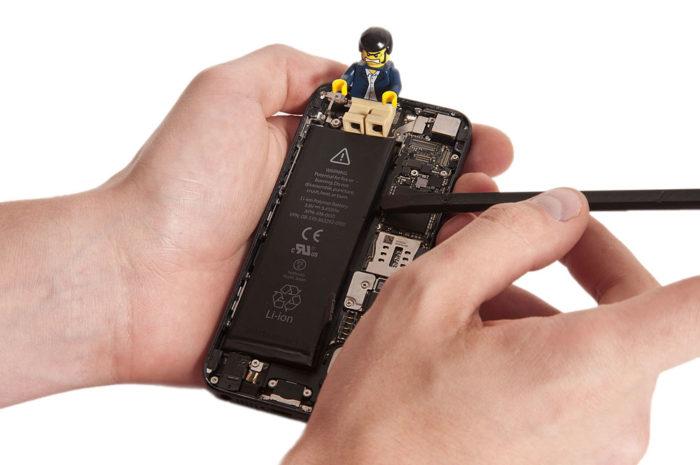 Поддевание аккумулятора iPhone 6(s) и его извлечение